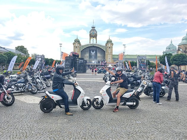 Vojen Smíšek (vpravo) a Damián Viktor vyrazili na sraz harleyů do Prahy.