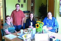 DEN OTEVŘENÝCH DVEŘÍ. Zleva Jiřina Divišová, Pavel Opelka, pomocník v krumlovském centru pro handicapované a seniory, Veronika Kadlecová, vedoucí sociální pracovnice centra v  Českém Krumlově a Jiří Diviš, manžel Jiřiny Divišové.