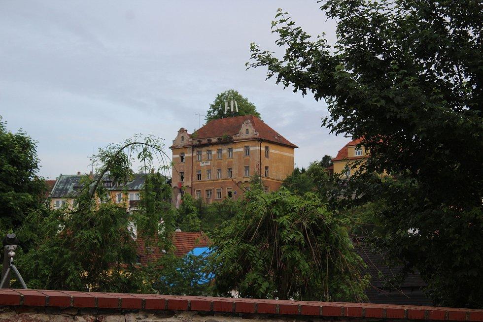 Tento zdaleka viditelný dům na Plešivci je již dlouho na prodej.