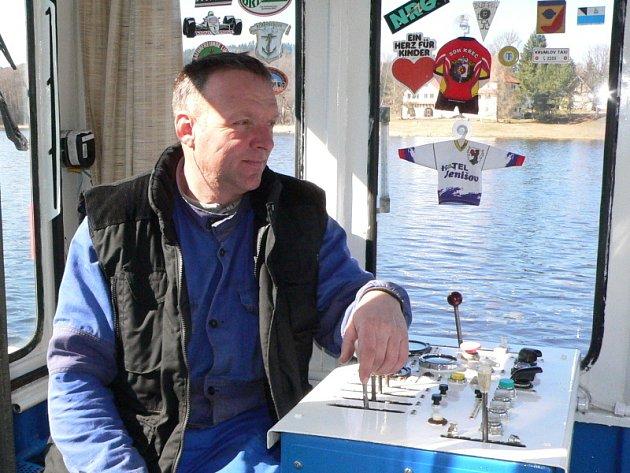 """Jízdní řád přívozu přes lipenské jezero v Horní Plané sice hlásá, že bude pasažéry vozit až od dubna, ale převozníci zahájili provoz nákladní lodi už 4. března. """"Na vodu se vždy vracíme, jakmile slezou ledy,"""" říká  Karel Kukačka."""