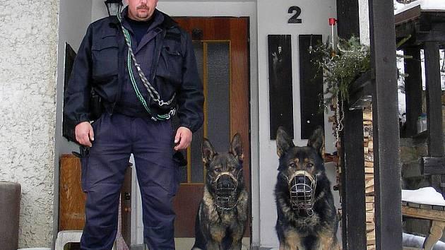 Před policisty kdesi na mezi schovaný cizinec neměl šanci. Psovod Jan Dvořák se psem Halfem (vpravo) ho rychle našli. Na snímku jsou při jiné akci.