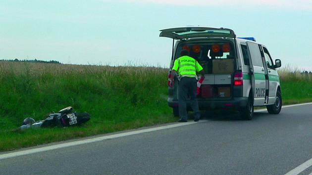 Nehoda motorkáře v rájovském kopci.