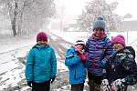 Zimní závodní sezónu zahájili, poněkud nečekaně na sněhu, klasičtí lyžaři. Na Svatý Tomáš před polednem dojeli běžkaři na kolečkách, kteří vyrazili na 33 km dlouhý závod z Frymburka.