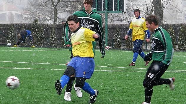 V zimním přípravném období sehráli Křemežští na hlubocké umělce tři přátelské zápasy s bilancí dvou porážek a jedné remízy s Chvalšinami (na snímku z tohoto duelu vlevo křemežský středopolař Miroslav Novotný).