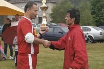 Kapitán vítězného týmu Václav Měchura (vpravo) přebírá putovní pohár z rukou starosty Horního Dvořiště a zároveň spoluhráče Zdeňka Keményho.