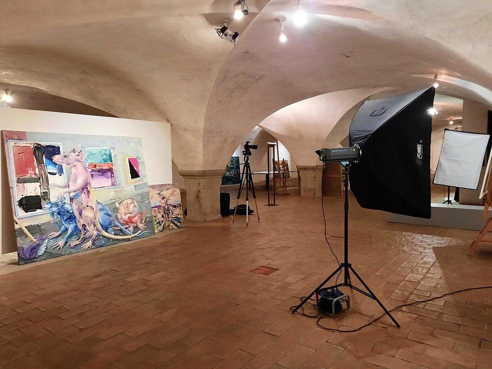 V krumlovském Egon Schiele Art Centru připravují sezónu 2021/22. Obraz Michaela Rittsteina Zvědavci před objektivem fotografa Libora Sváčka.
