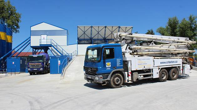Slavnostní otevření nové výrobny betonu v Kaplici.