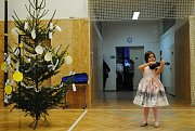 Vánoční besídku dětí z družiny proložila tanečními čísly děvčata ze souboru Monkey Krumlis.