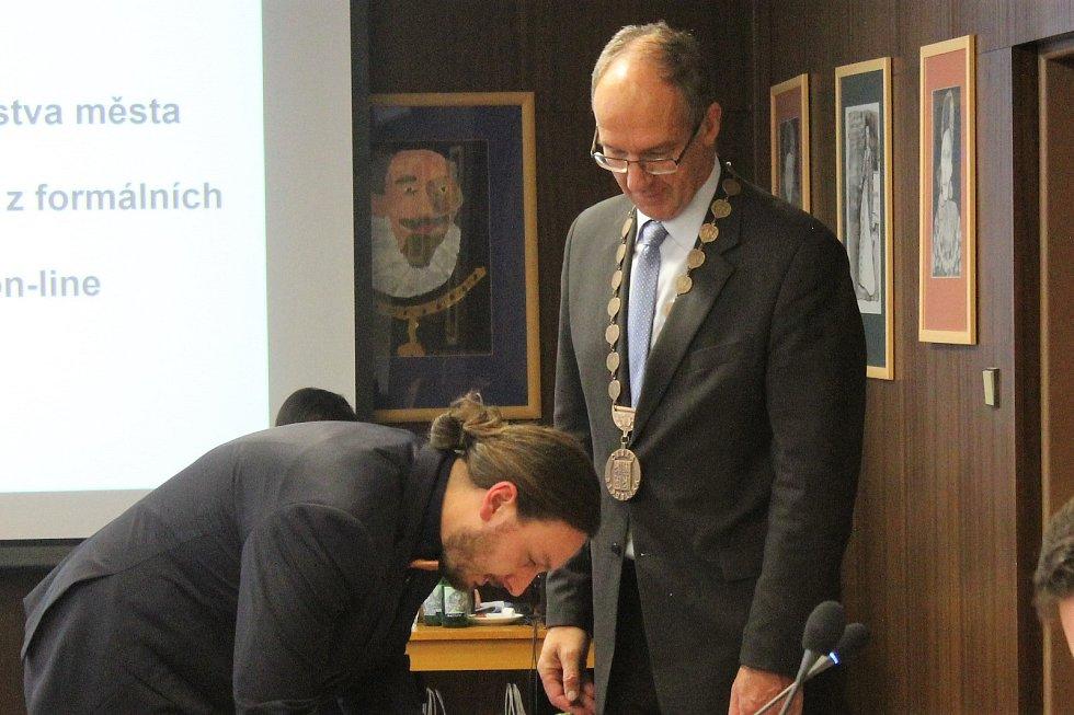 3. místostarosta města Ivo Janoušek skládá slib zastupitele.