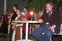Vyprávění Tomáše Durdíka (vpravo) doplňovala vystoupení historických dudáckých skupin.