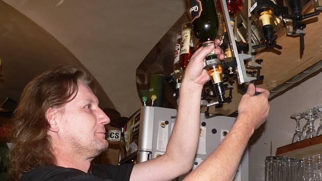 Tvrdý alkohol sklízel také provozovatel Saloonu Šnek v Českém Krumlově.