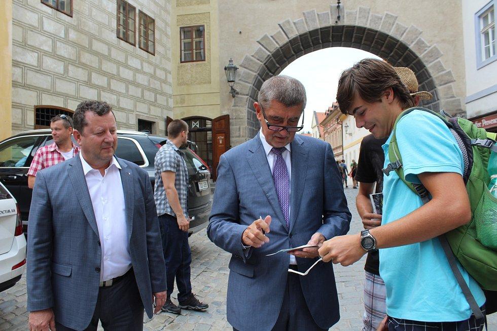 Ministr kultury Antonín Staněk s premiérem Andrejem Babišem vyrazili do Českého Krumlova řešit, co s otáčivým hledištěm.