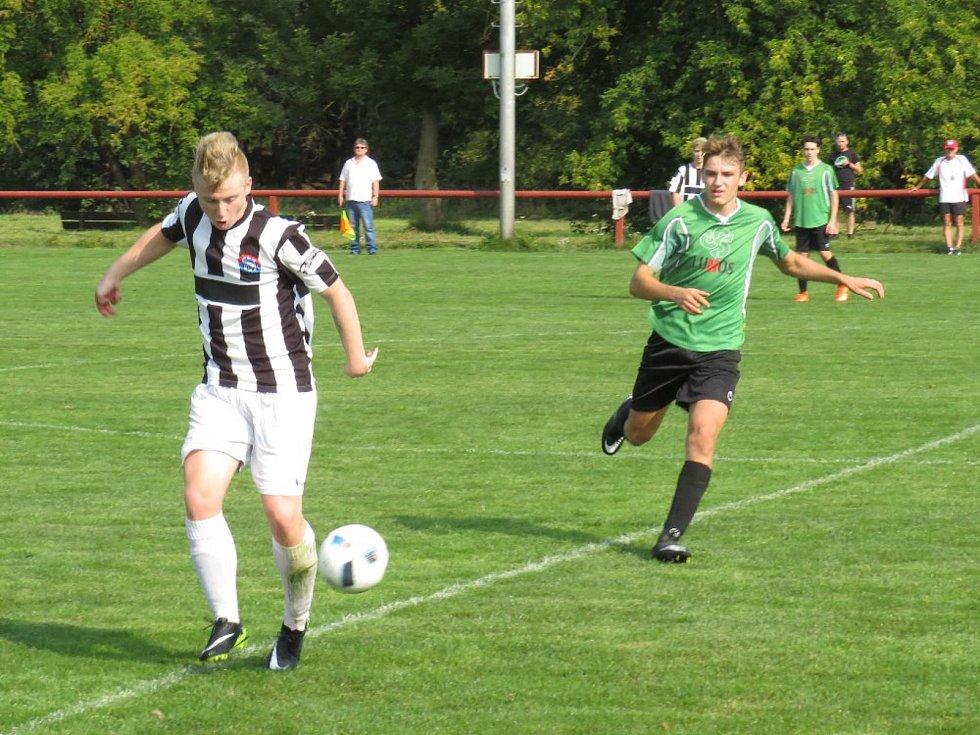 Oblastní I.A třída dorostu (skupina A) - 5. kolo: Fk Spartak Kaplice + Vyšší Brod (bíločerné dresy) - SK Rudolfov 4:6 (1:2).
