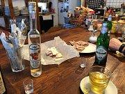 Frymburské louky jsou čerstvě projeté na klasiku skútrem se stopořezem. Zastavit se můžete v Bufetu u Richarda ve Svatonina Lhotě.