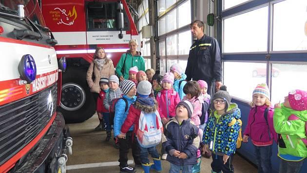 Děti ze školek Za Nádražím a Zubčice si u hasičů poslechli pohádky.
