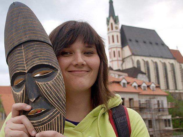 """Ve městě, jež je jejím domovem, pózovala Kateřina Homolková s maskou, kterou si přivezla z cesty do Afriky. """"Koupila jsem ji na trhu v Keetmanshoopu. Usmlouvala jsem slevu 15 dolarů, ale i tak byla dost drahá. Co naplat, je to ruční práce,"""" smála se stude"""