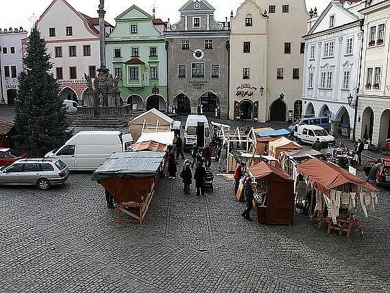 Českokrumlovské náměstí Svornosti obsadily stánky vánočního jarmarku.