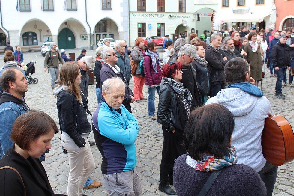 Demonstrace za odstoupení Marie Benešové se v Českém Krumlově účastnilo na osmdesát lidí.