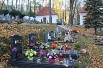 Zrekonstruovaný hřbitov ve Větřní.