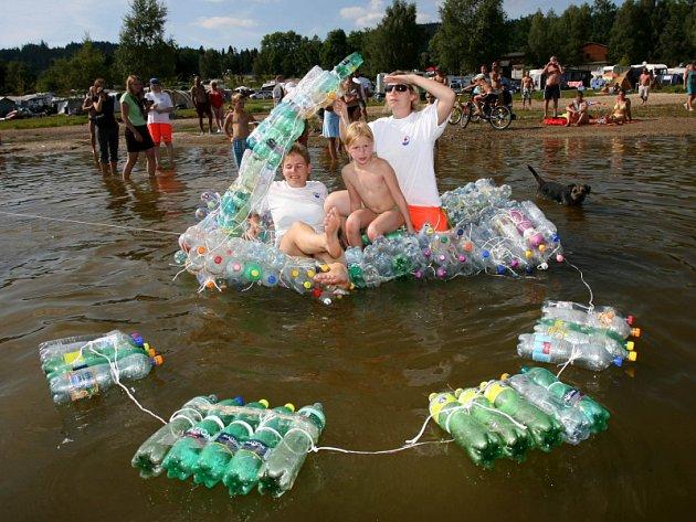 Vor z 252 lahví dali ve středu dohromady organizátoři s účastníky kampaně ke třídění odpadů, kterou pořádal Jihočeský kraj.