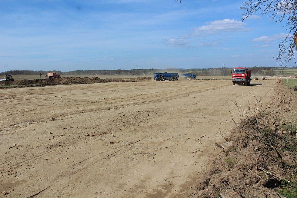 Stavba dálnice u Prostředních a Dolních Svinců.