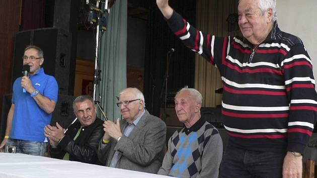 komentátor Karol Polák, hokejista František Vacovský; sportovní redaktor Ota Černý, českobudějovický hokejista Jaroslav Pouzar a Zdeněk Přívratský, místostarosta D. Třebonína.