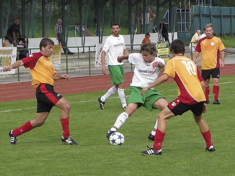 Trefou Jiřího Baboučka (u míče mezi Šmídem a Divišem) fotbalisté krumlovského Slavoje v divizní premiéře doma proti silnému Hořovicku v úvodu druhé půle srovnali na 1:1, ale nakonec padli vysoko 1:4.