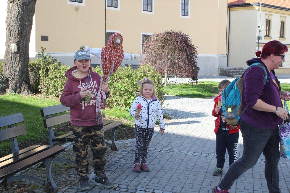 V Kaplici. Němcovi a Valíčkovi si vyrobili vlastní čarodějnici a mířili s ní na zahradu.