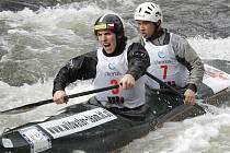 Krumlovští mladíci Antonín Haleš a Martin Novák (zleva) se na těžké lipenské vodě vedle své domény v singlech prezentovali i v závodě deblkanoistů, kde si vyjeli první výkonnostní třídu pro příští sezonu.