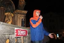 Skoro stovka lidí se v pátek navečer sešla na českokrumlovském náměstí na protestu proti Andreji Babišovi.