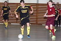 V závěru derby s Prachaticemi se Bombarďáci dotáhli na rozdíl gólu, ale na bod nedosáhli, když kapitán Radek Soukup (u míče, z předchozího domácího utkání s Novým Borem) v poslední šanci nastřelil jen břevno branky Strabagu.