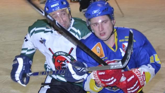 Medvědi se často uchylovali k nedovoleným zákrokům. Na snímku domácí Tomáš Ulman a hostující Martin Čáp (zleva) v souboji, po kterém krumlovský matador dostal dvouminutový trest za hru vysokou holí.