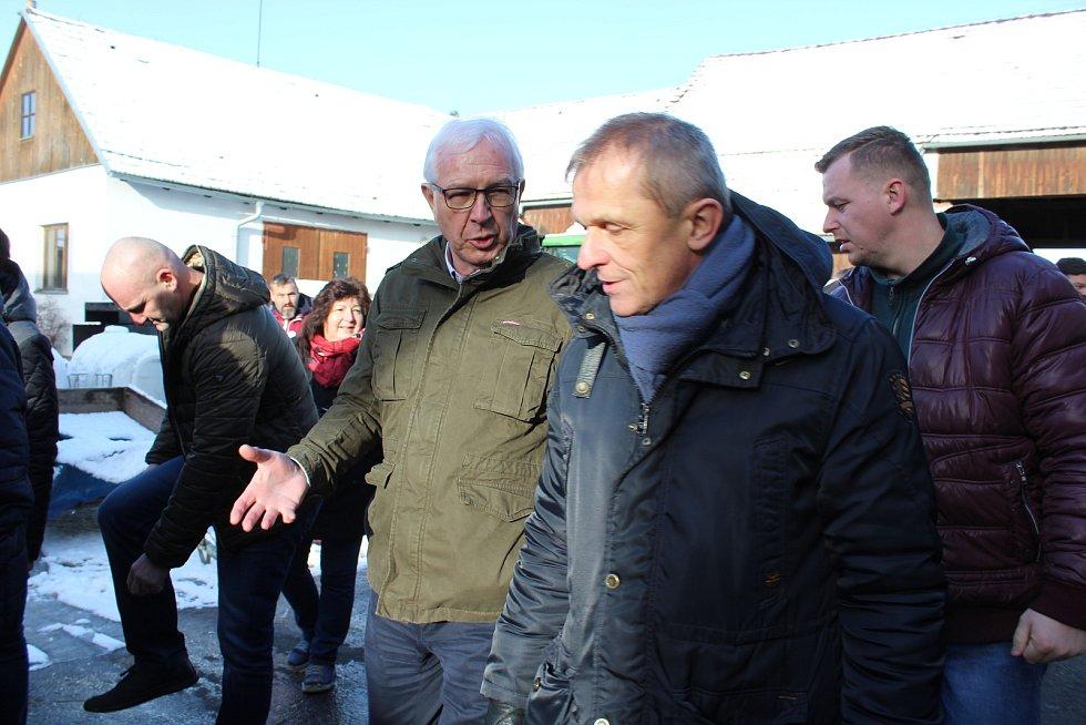 Druhý vítězný kandidát na post prezidenta republiky, Jiří Drahoš, se vydal za voliči.