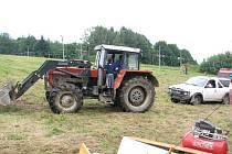 Rozbahněné svahy sjezdovky nezvládaly ani otrlé vozy organizátorů, pomoci musel traktor.
