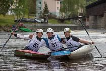 Kanoisté SK Vltava na domácí vodě při letošním Krumlovském Down Townu.