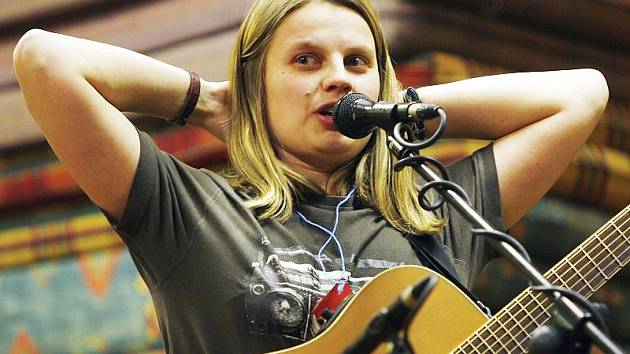 Ve svém volnu se Lucie Roubínová věnuje hraní na kytaru v kapele Lakomá Barka.