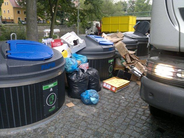 Papír vedle kontejnerů je nejmenší zlo. Dovnitř lidé házejí suť a odpady z gastronomických provozů
