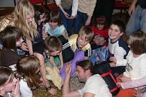 V Kaplici byli při Noci s Andersenem s dětmi místní ochotníci.