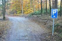 Díky rozšíření lesní cesty je možné stát na její pravé straně.