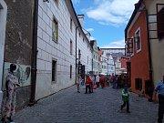 Šlechta, měšťané i chudina zaplnili ulice České Krumlova. Jsou totiž 31. Slavnosti pětilisté růže. Největší atrakcí jsou historické průvody v kostýmech.
