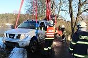 Auto při havárii sjelo do rybníka na Brložsku.