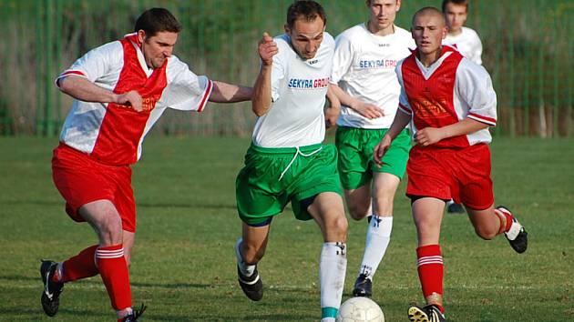 Zápas v Lažišti nedohrál českokrumlovský kapitán David Benc (na snímku uprostřed uniká bránícímu Brzobohatému, v pozadí autor jediného gólu hostů Rudolf Weinhard), který byl podivně vyloučen za údajné nesportovní chování v 85. minutě.