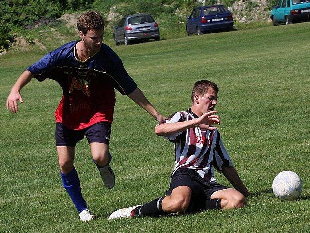 Druhé semifinále mezi Větřním 2 a Světlíkem rozhodl až penaltový rozstřel. Na snímku vlevo autor dvou branek Větřínských Milan Homer s Jaroslavem Píškem mladším.