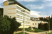 Budova gymnázia v Českém Krumlově.