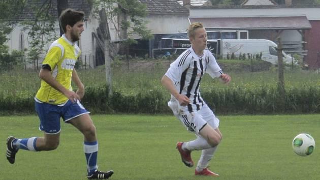Fotbalisté kaplického Spartaku minule jen remizovali  v Hrdějovicích (vpravo Marek Hami uniká hrdějovickému Kašemu), a tak mají zítra ve šlágru s Bavorovicemi co dohánět.