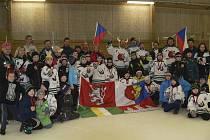 Na týdenní turné až do daleké Skandinávie se z Českého Krumlova vydala velmi početná výprava (na snímku) čítající dvě družstva mladších žáků, členy realizačního týmu, trenéry a pochopitelně doprovod z řad rodičů.