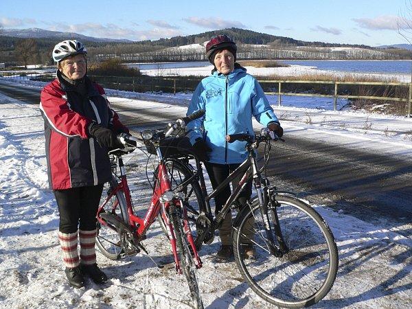 Zástupci města Horní Planá spolu sdodavateli stavby a dalšími zainteresovanými otevřeli novou cyklostezku.