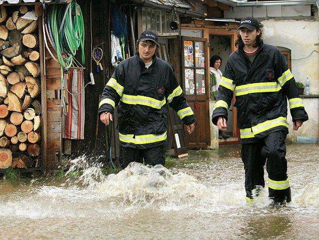 Rozvodněný tok řeky Černé zatopil dům v Benešově nad Černou.