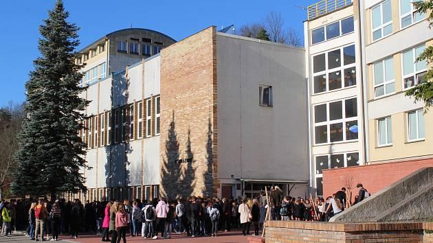 Studenti krumlovského gymnázia nazkouší operu Brundibár.