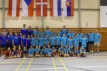Účastníci druhé turnusu letního badmintonového kempu – FZ Forza Summer Camp – v Českém Krumlově na společném snímku.